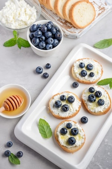 ブルーベリーと蜂蜜のサンドイッチ、健康的な朝食のコンセプト。