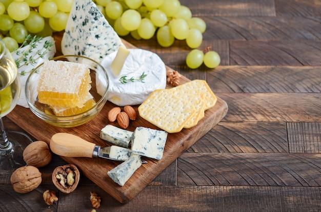 ブドウ、クラッカー、蜂蜜、ナッツ入りチーズプレート