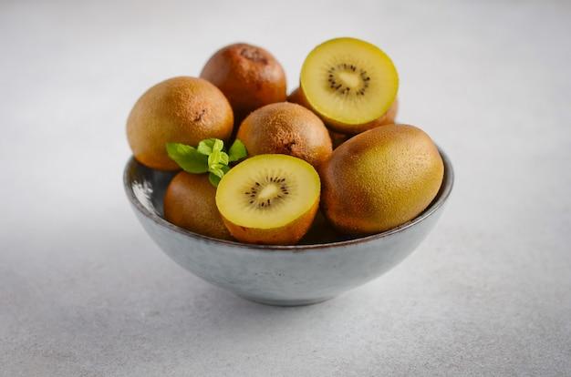 ボウルに黄色のキウイフルーツ