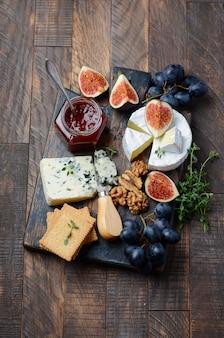 フルーツとナッツのチーズプレート。