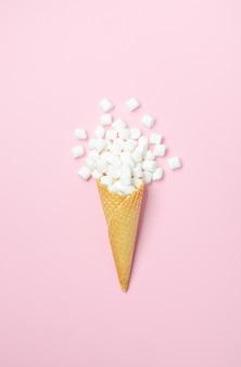 Вафельный рожок с белыми мини-зефир на розовом