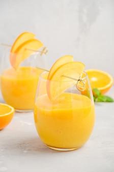 Свежий здоровый смузи с хурмой, апельсином и имбирем.