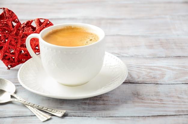 木製のテーブルに新鮮な朝のコーヒーカップ