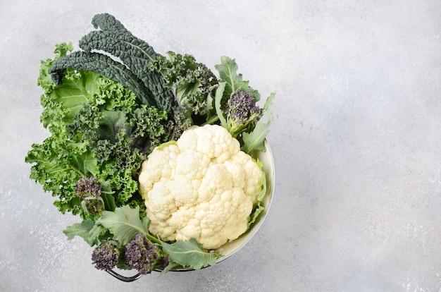 新鮮な有機キャベツの種類。緑と紫のケール、ブロッコリー、サボイキャベツ、カリフラワー、黒キャベツ。健康的なダイエット食品。