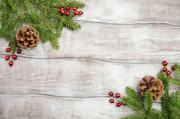 モミの枝、果実、コーンのクリスマスの背景