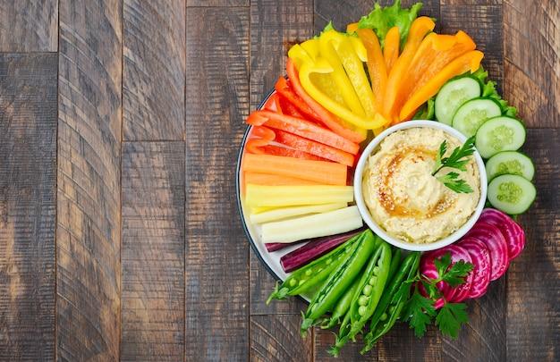Хумус с различными овощными закусками. здоровая веганская и вегетарианская еда. вид сверху, плоская планировка, копия пространства.