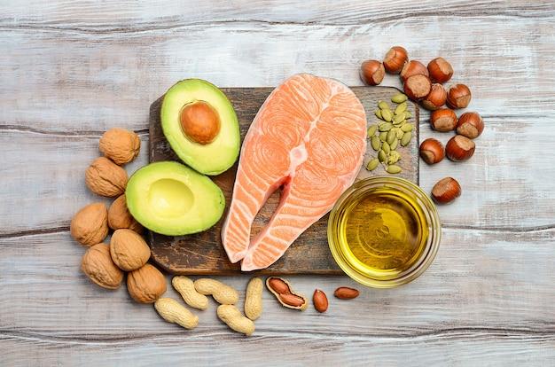 健康的な脂肪源の選択。トップビュー、フラットレイアウト。
