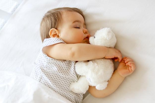 Милый маленький ребенок спит