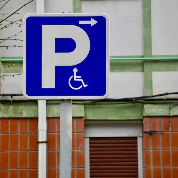 路上で車椅子の交通信号