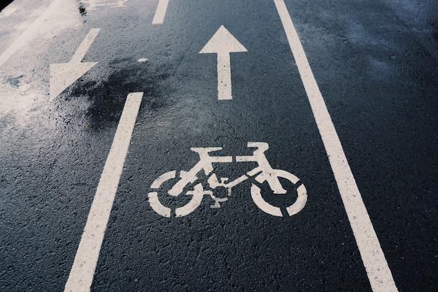 自転車の交通標識、通りの道路、市内の交通信号