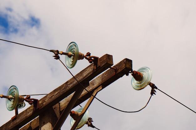 山の中の電気タワー