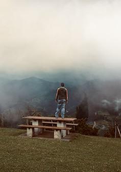 自然の中で山でのトレッキング男