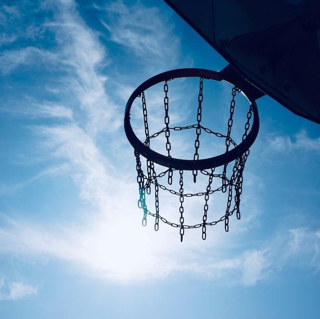 バスケットボールフープと通りの青い空