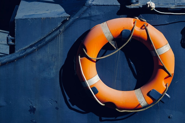 Спасатель плавает на лодке, в морском порту