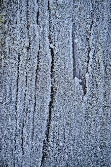 木製の背景、白と寒い日に雪と氷