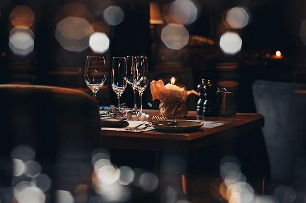 Роскошная посуда красивая сервировка в ресторане