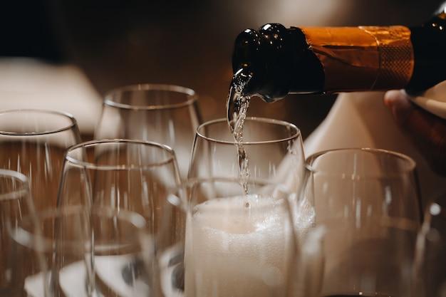 ワイングラスにシャンパンを注ぐ