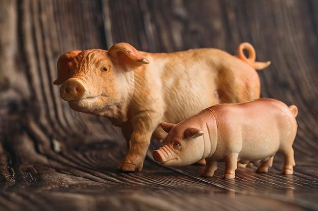 木製のおもちゃの豚と小さな豚の置物