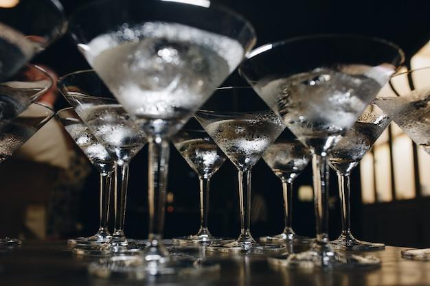 氷とカクテルグラス。バーテンダーはカクテルを作る前にグラスを冷やします。
