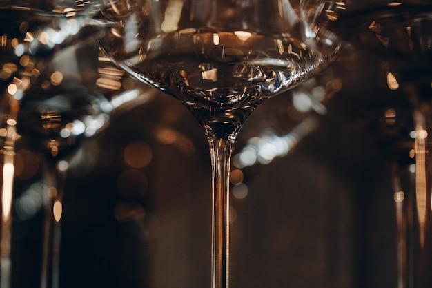 Опорожните чистые стекла шампанского на счетчике в баре.