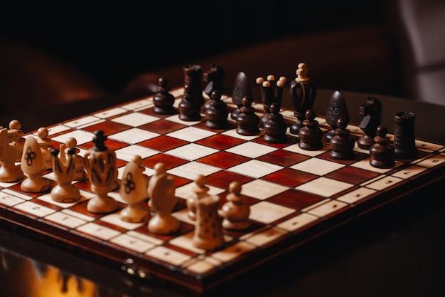 Деревянная шахматная доска с шахматными фигурами