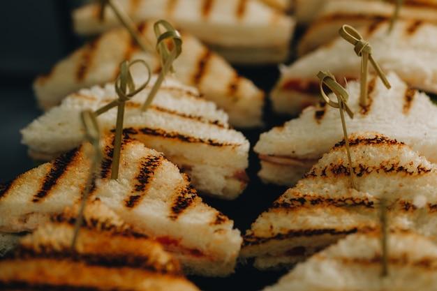 Красиво оформленный ресторанный банкетный стол с различными закусками и закусками с бутербродом