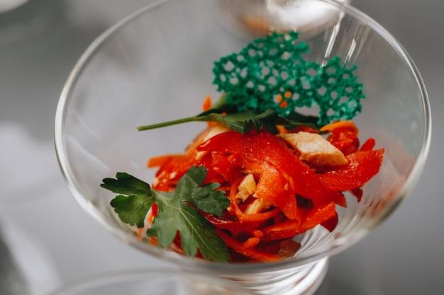 企業のクリスマスのバースデーパーティーイベントや結婚式のお祝いにさまざまな食品スナックや前菜が美しく装飾されたケータリングバンケットテーブル