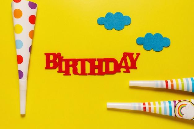 テキストのコピースペースと青色の背景にフラットアウト誕生日パーティーカード