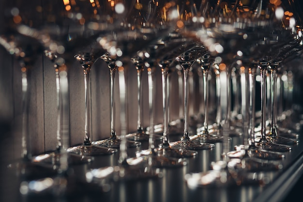 テーブルに空のワイングラスの行