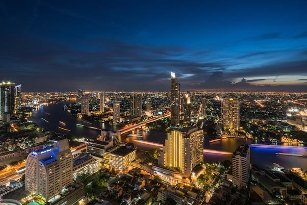 バードビューと夜の時間でバンコク市内のチャオプラヤー川の風景。