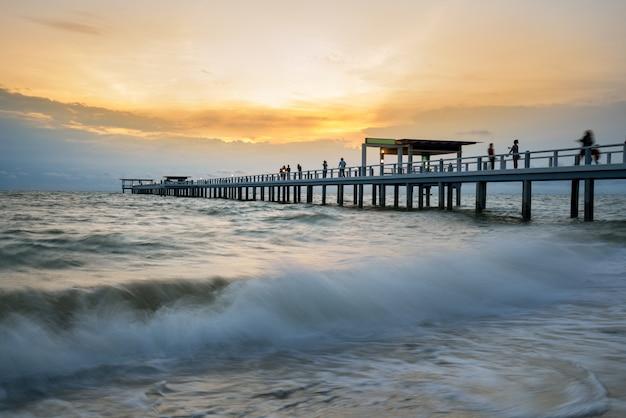タイプーケットの夕日の間に木製の桟橋。夏、旅行、休暇、休暇の概念。