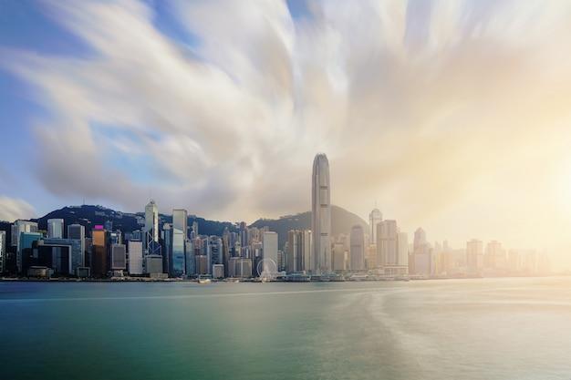 香港の日没時に香港の超高層ビルのオフィスビルとビクトリアハーバー。アジア。