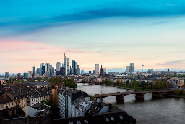 フランクフルト、ドイツの美しい日没時にフランクフルト・アム・マインスカイラインの街並みのイメージ