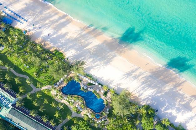 Вид с воздуха на бассейн с морем и пляжем в роскошном отеле и курорте для путешествий и отдыха