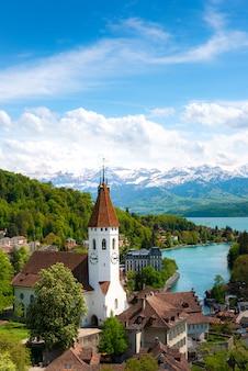 スイスのベルン州にあるトゥーンの歴史的な街の風景。