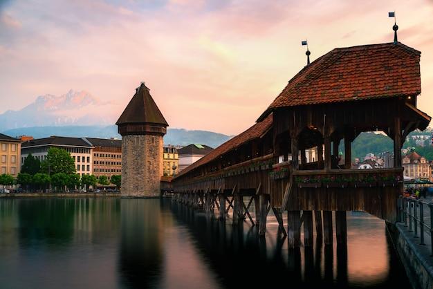 Красивый исторический центр люцерна с знаменитым часовенным мостом в швейцарии