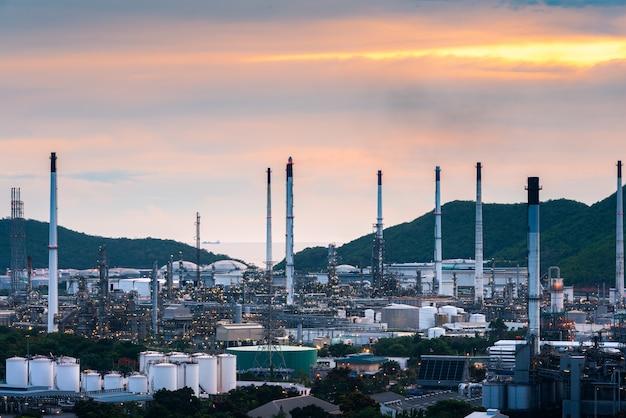 石油・ガス産業 - 夕暮れの製油所の航空写真