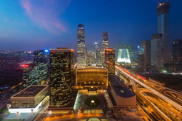 Город пекин в сумерках. пейзаж делового здания в пекине в китае.