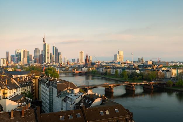 美しい朝の間にフランクフルト・アム・マインのスカイライン。