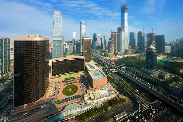 Пекин, китай современный финансовый район небоскребов в хороший день с голубым небом