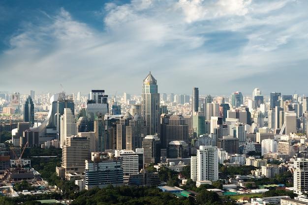 Современное здание в финансовом районе бангкока на городе бангкока с горизонтом, таиландом.