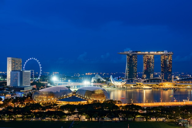 Вид с воздуха делового района и города сингапура на ноче в сингапуре, азии.