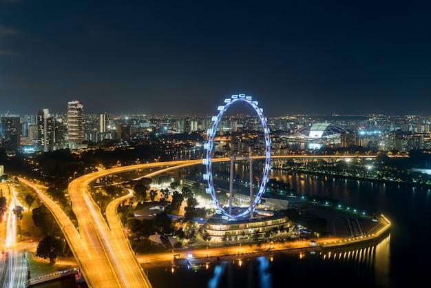 Вид с воздуха рогульки и города сингапура на ноче в сингапуре, азии.