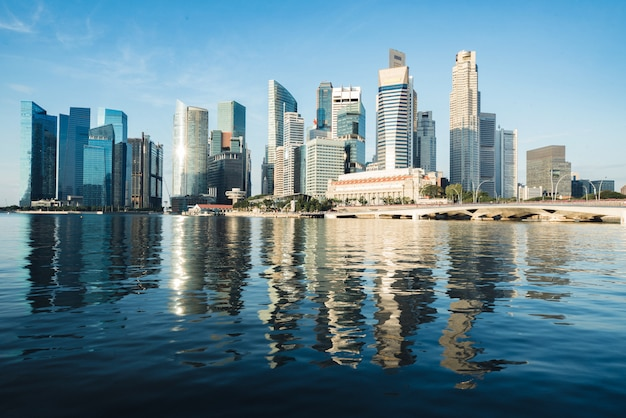 Горизонт и небоскреб финансового района сингапура в утре на заливе марины, сингапуре.