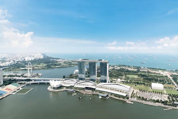 シンガポール、アジアの午後にシンガポールのビジネス街と街の空撮。