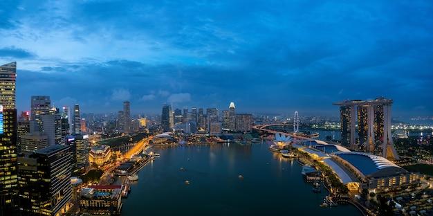 シンガポール、アジアの夜にシンガポールのビジネス街と街の空撮。