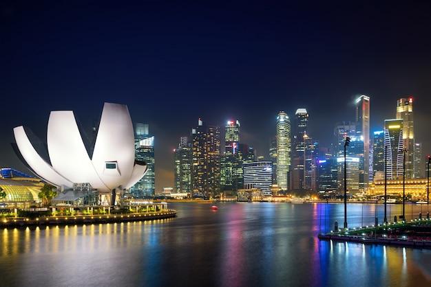 Горизонт делового района сингапура в ноче на заливе марины, сингапуре.