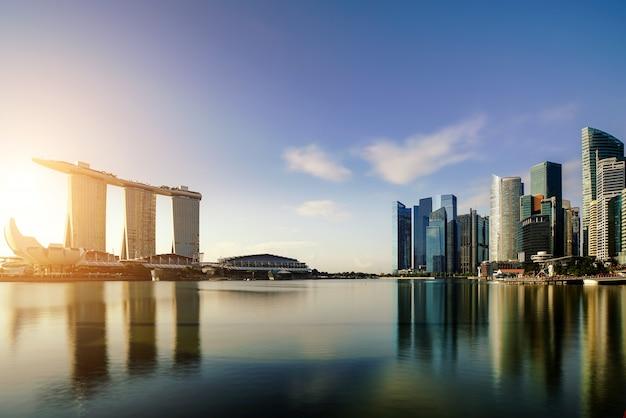 Горизонт делового района сингапура в ноче на заливе марины, сингапуре. азия