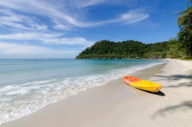 タイプーケットの熱帯のビーチでオレンジ色のカヤック。夏、休暇、旅行のコンセプトです。