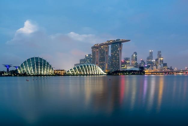 Горизонт финансового района сингапура перед восходом солнца на заливе марины, сингапуре.